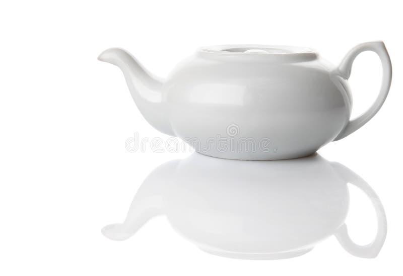 Ceramische theepot die in wit wordt geïsoleerd stock afbeeldingen