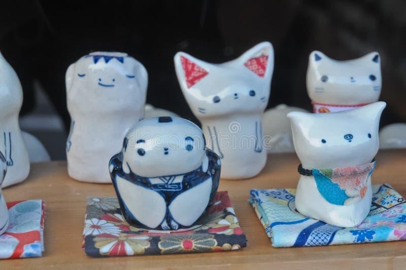 Ceramische traditionele Japanse de kattenkappa van het samoeraienvarken poppen stock foto