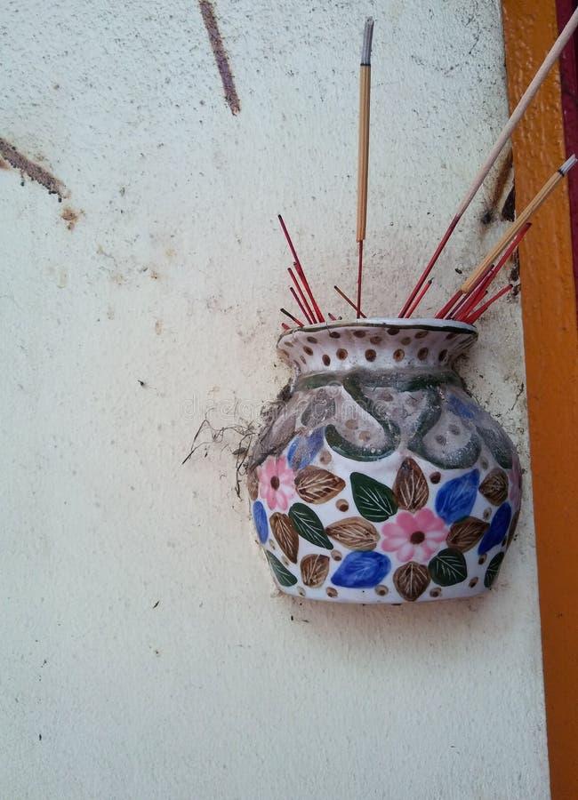 Ceramische vaas bij muur voor joss stokken stock foto
