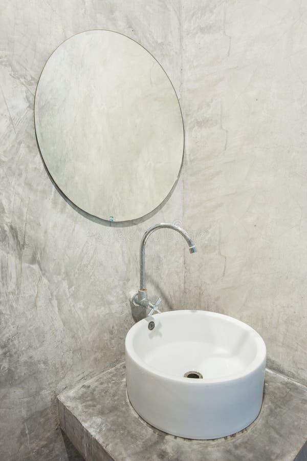 Ceramische witte gootsteen in de badkamers royalty-vrije stock afbeeldingen