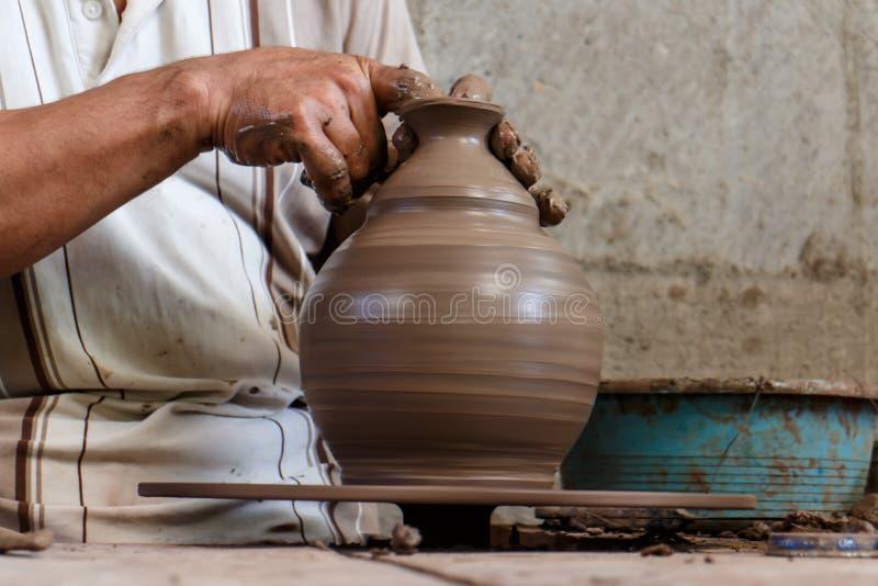 Ceramist die in een stuk werken stock foto