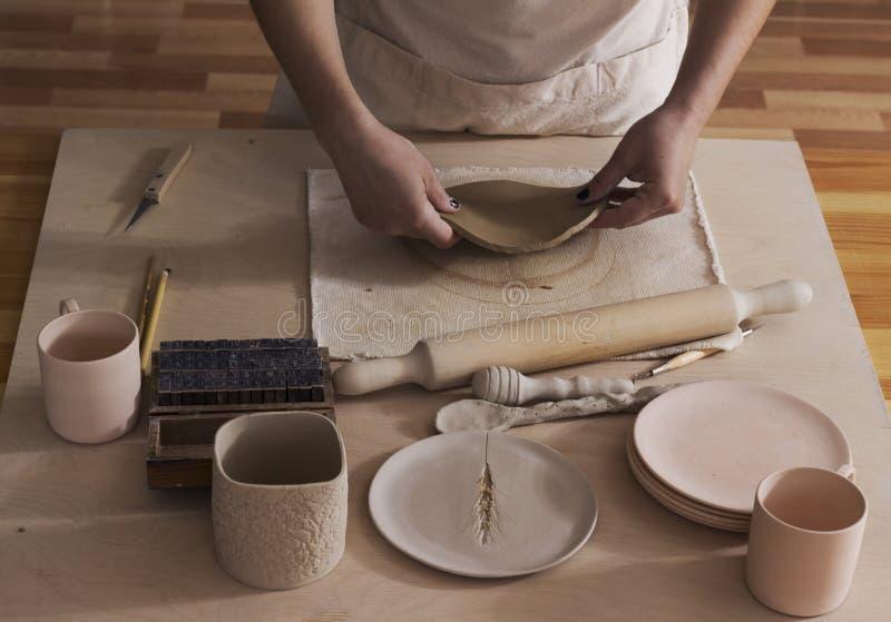 Ceramist som avslutar en platta arkivbild