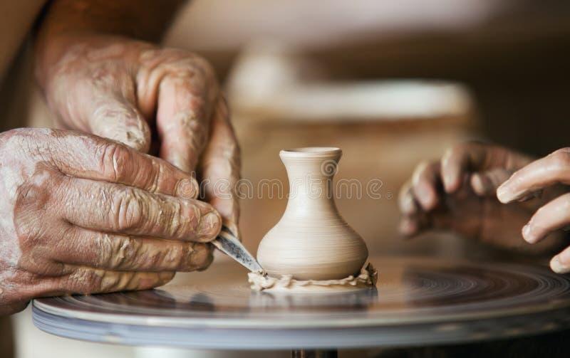 Ceramist van het close-upbeeld mensenhanden royalty-vrije stock afbeelding