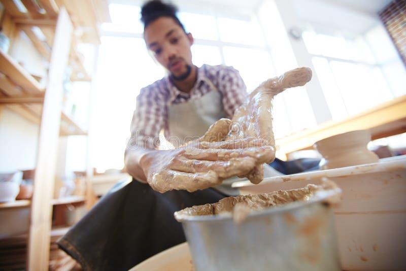 Ceramist z rękami w glinie zdjęcia royalty free