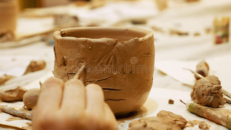 Ceramisten modellerar lerakrukan eller vasbunken royaltyfria bilder