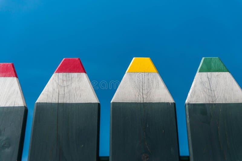 Cerca al aire libre formada lápiz colorido divertido imagen de archivo libre de regalías