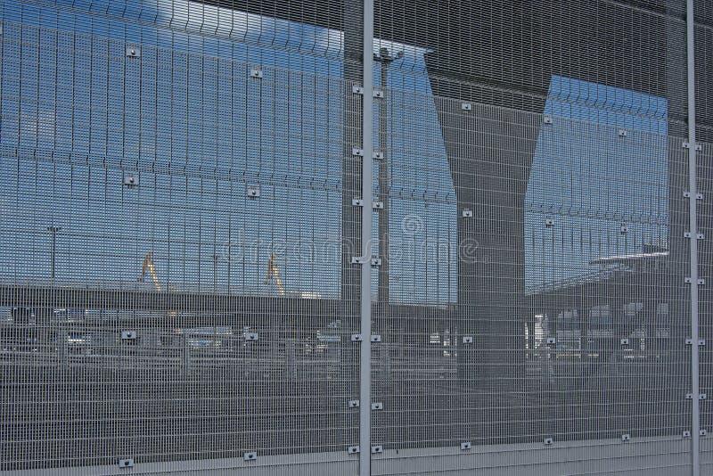 Cerca alrededor del puerto de Calais, con el perfil de la mosca sobre los caminos detrás fotos de archivo libres de regalías