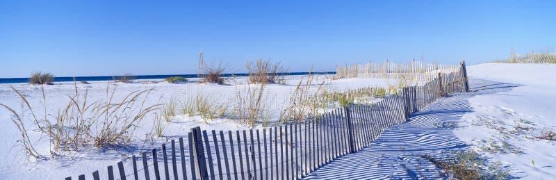 Cerca ao longo da praia branca da areia no console de Santa Rosa fotos de stock