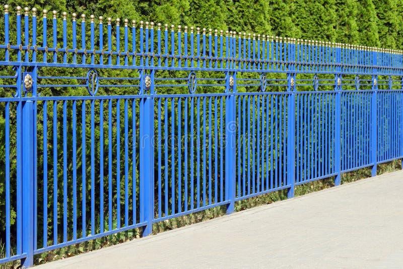 Cerca azul decorativa foto de stock