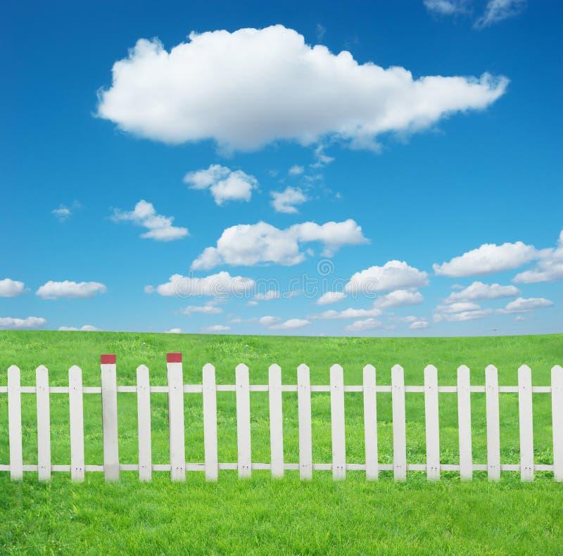 Cerca blanca con y cielo azul foto de archivo libre de regalías