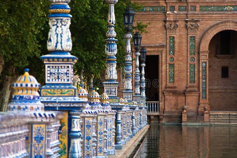 Cerca cerâmica dentro de Plaza de Espana em Sevilha imagem de stock