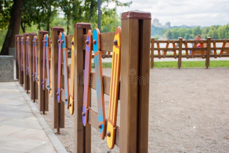 Cerca colorida brillante en el patio bajo la forma de lápiz La seguridad de niños durante los juegos imagen de archivo