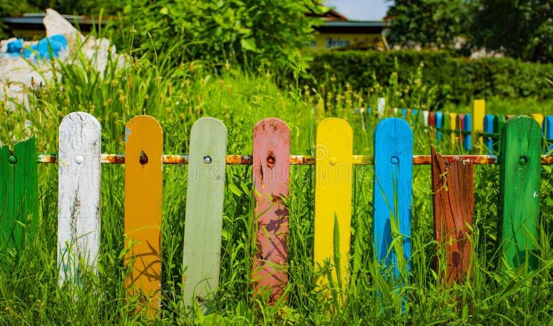 Cerca colorida na grama imagens de stock royalty free