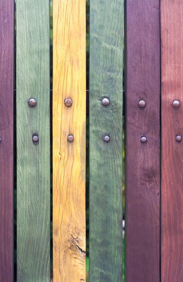 A cerca colorida suja velha com pregos fecha-se acima imagem de stock royalty free