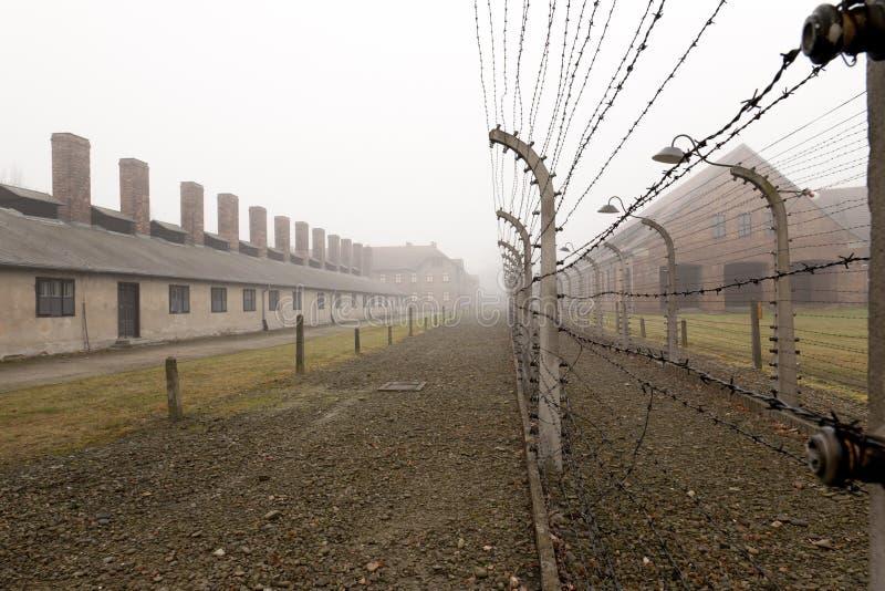 Cerca com arame farpado elétrico em Auschwitz imagem de stock