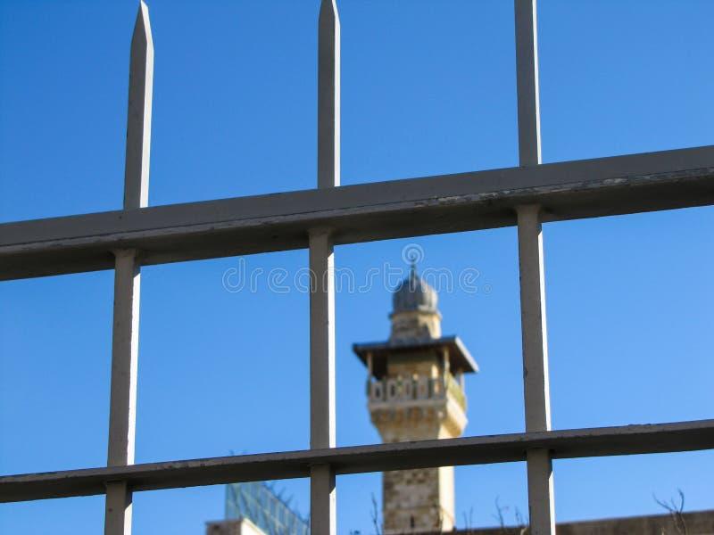 Cerca com fundo da torre imagem de stock