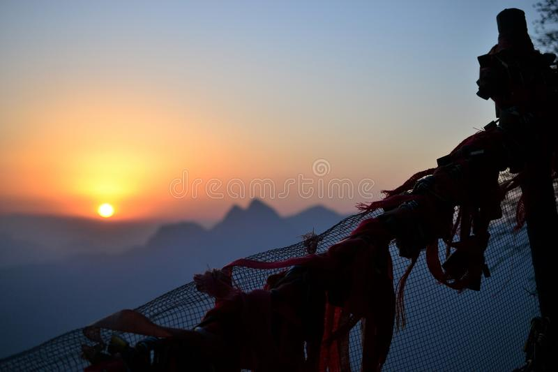 Cerca com os fechamentos do amor no nascer do sol bonito no ano novo na montanha de Huashan, Shaanxi, China imagens de stock