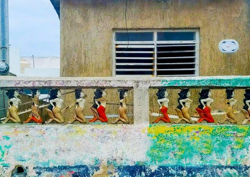 Cerca concreta colorida Around Mexican House de la sirena sobre la pared multicolora imagen de archivo