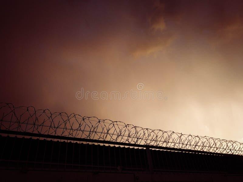Cerca concreta con alambre de púas contra el cielo Concepto de la prisi?n imagenes de archivo