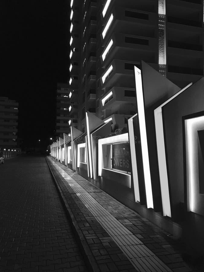 Cerca da construção rodoviária da noite fotografia de stock royalty free