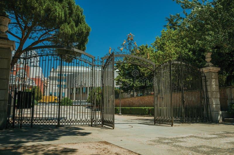 Cerca da entrada e do ferro forjado no jardim com as árvores no Madri fotos de stock royalty free