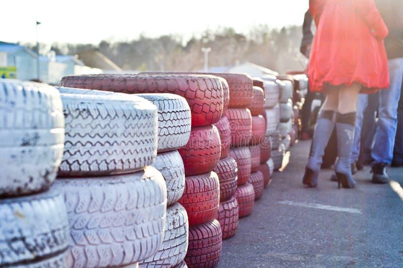 Cerca da pista de branco e do vermelho de pneus velhos imagem de stock