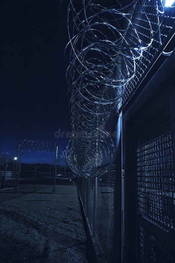 Cerca da prisão na noite fotografia de stock