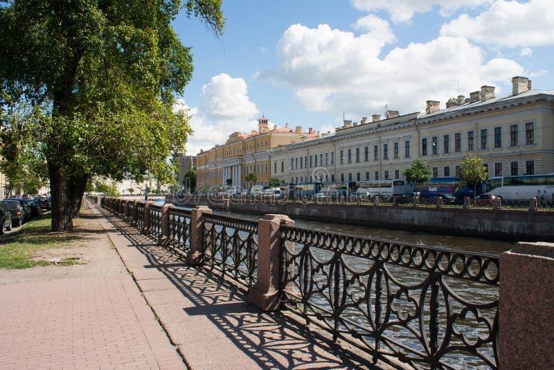 Cerca da terraplenagem do rio de Moyka em St Petersburg, Rússia fotos de stock