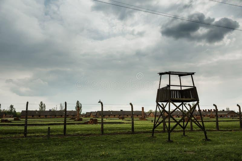 Cerca da torre de vigia e do arame farpado, Auschwitz II fotos de stock royalty free
