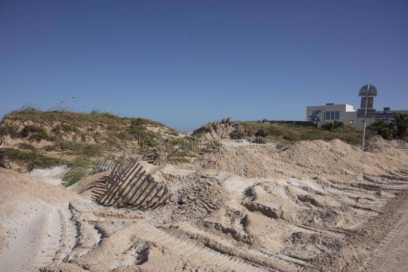 Cerca danificada em dunas de areia fotos de stock royalty free