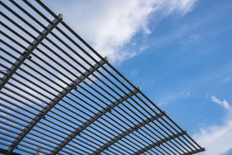 Cerca de aço das estruturas de construção na fachada, com céu azul e nuvens no fundo imagens de stock royalty free