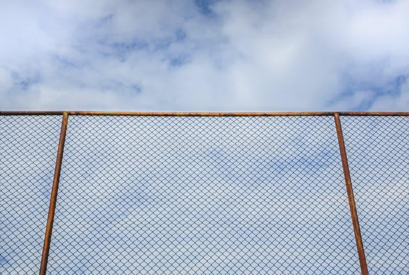 Cerca de aço velha com nuvem e o céu azul fotografia de stock