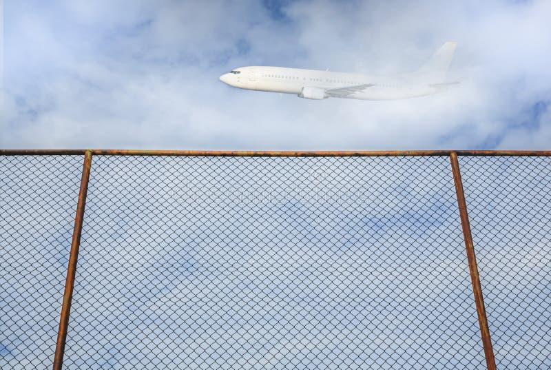 Cerca de acero vieja con el vuelo plano en el cielo fotografía de archivo
