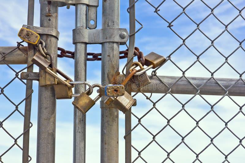 Cerca de Chainlink dos cadeado fotos de stock