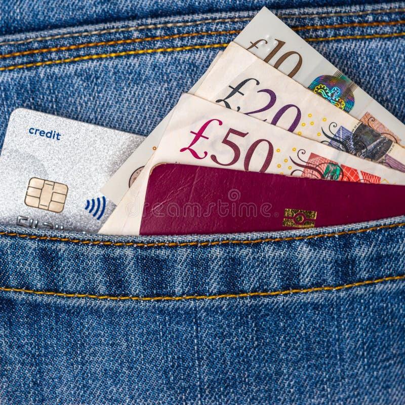 Cerca de cincuenta, veinte, diez libras esterlinas, tarjeta de crédito sin contacto y pasaporte de la UE mirando hacia atrás los  imágenes de archivo libres de regalías