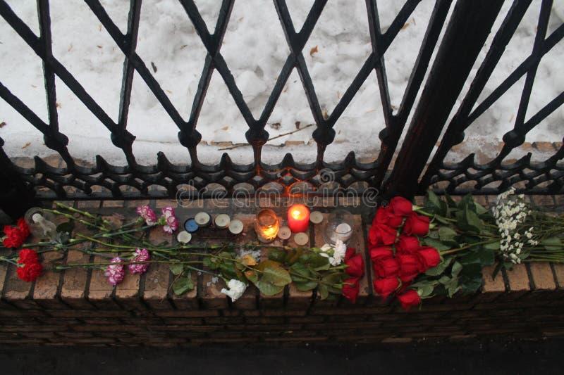Cerca de la oficina de RPR-Parnassus la gente trae las flores en memoria de Boris Nemtsov difunto fotos de archivo libres de regalías