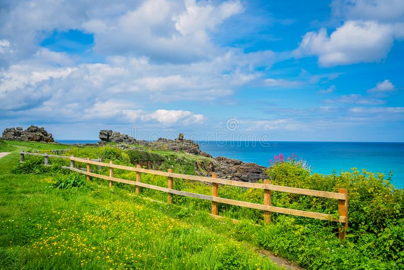 Cerca de madeira ao longo do caminho litoral em St Ives foto de stock