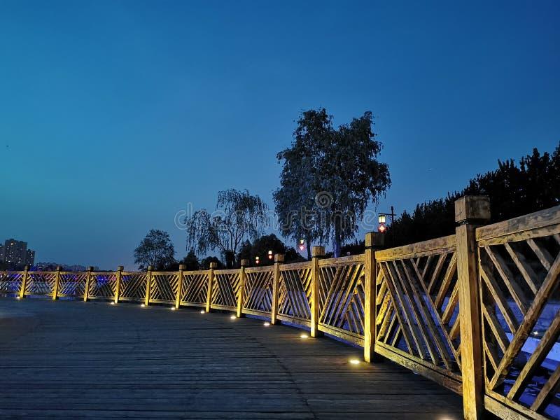 Cerca de madeira, assoalhos de madeira, opinião bonita da noite imagens de stock