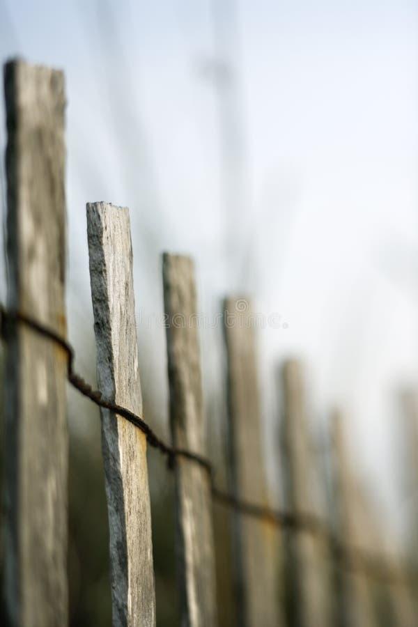 Cerca de madeira com fiação. imagens de stock