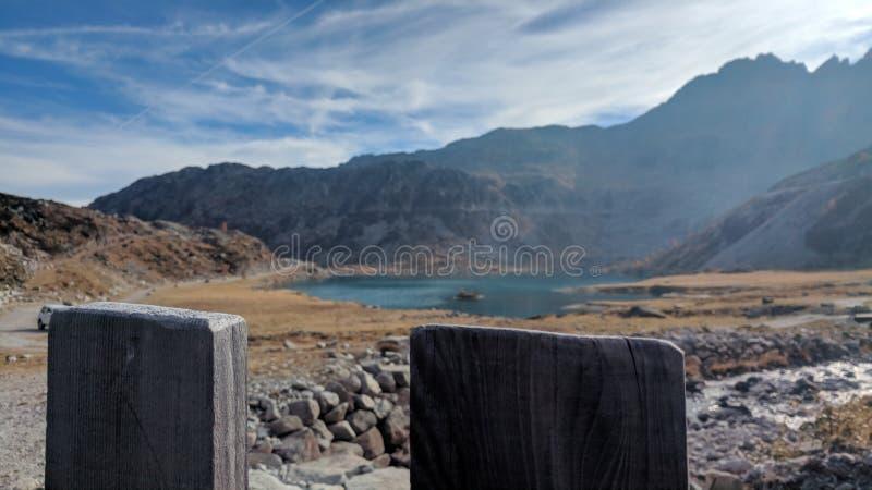 Cerca de madeira com um lago fotos de stock royalty free