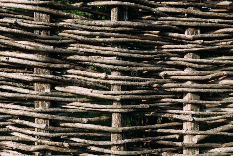 Cerca de madeira, montada dos ramos marrons flexíveis imagens de stock