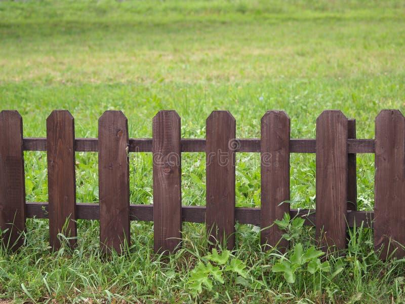 Cerca de madeira na grama verde fotografia de stock royalty free