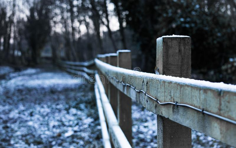 Cerca de madeira nevado foto de stock