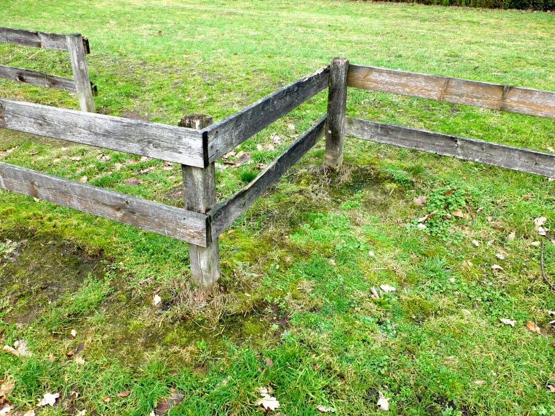 Cerca de madeira no campo imagem de stock