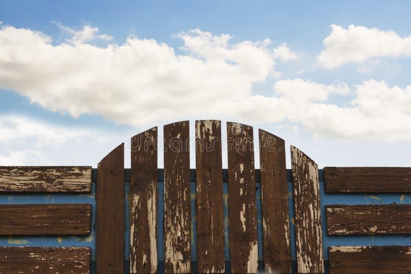Cerca de madeira no fundo do céu azul, quadro de avisos fotografia de stock