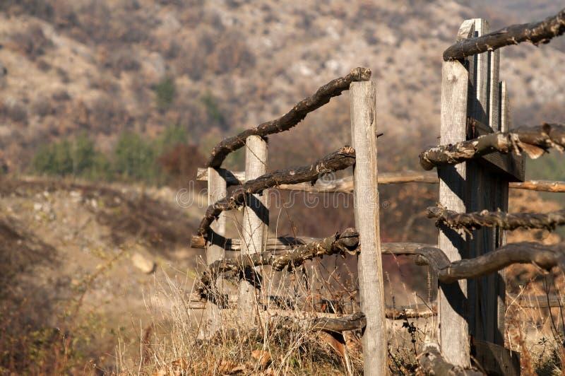 Cerca de madeira rural velha da exploração agrícola imagem de stock royalty free