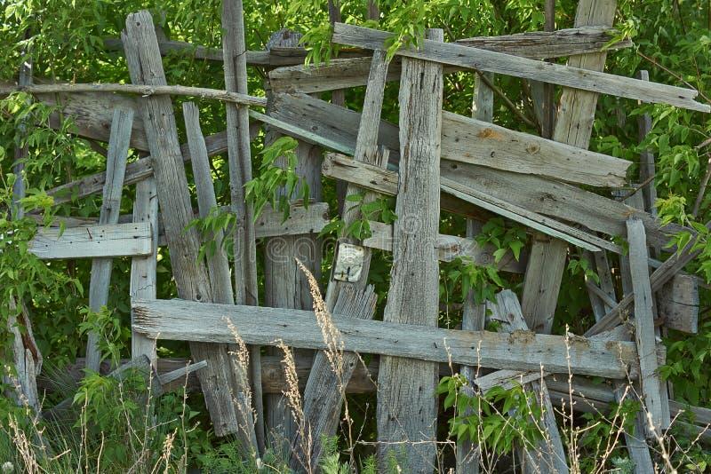 Cerca de madeira velha artisticamente renovada imagem de stock