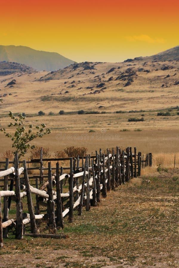 Cerca de madeira velha em um rancho imagens de stock