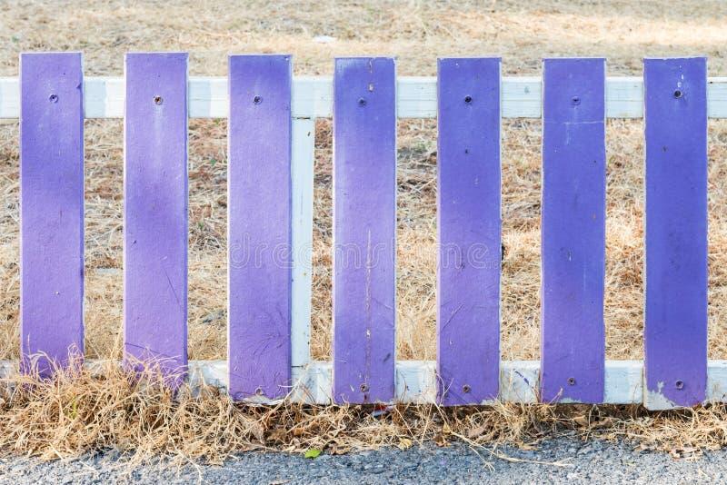 Cerca de madeira violeta fotografia de stock
