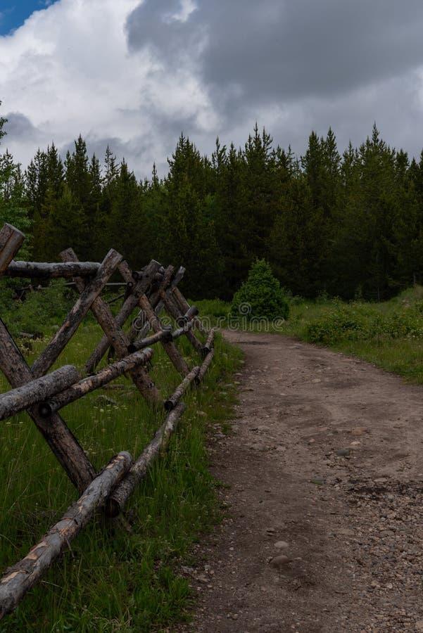 Cerca de madera Along Dirt Trail en Wyoming imagen de archivo